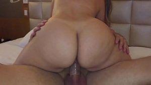 Mulher gostosa de bunda grande dando a buceta